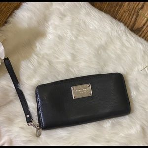 Michael Kors  Leather Smartphone Wristlet/black